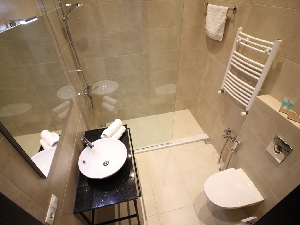 Deluxe room's bathroom